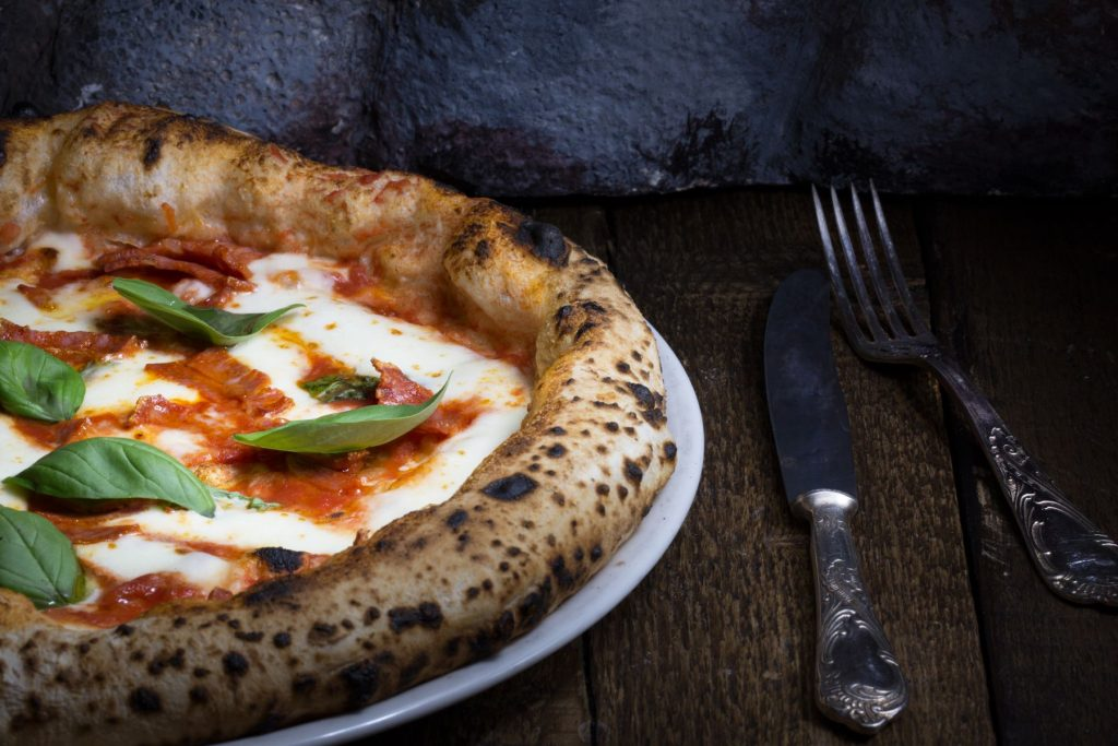 cosa-mangiare-a-napoli-pizza-napoletana-dooid