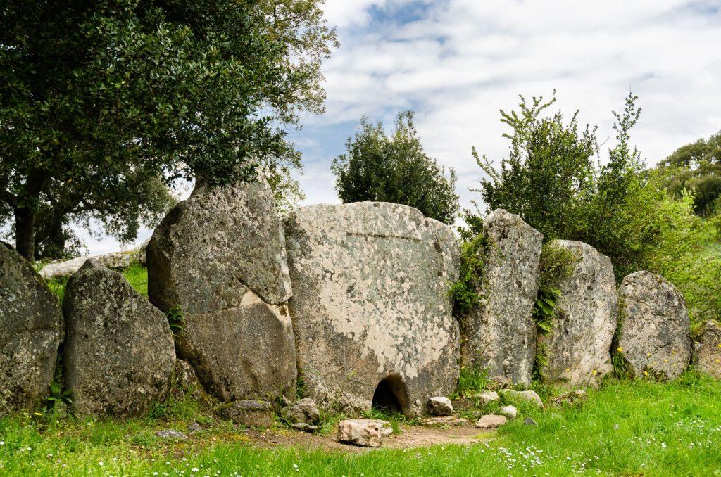 tomba-dei-giganti-visitare-calangianus-dooid