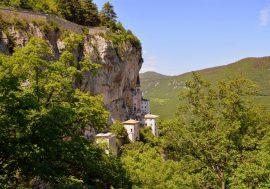 Quasi a toccare il cielo: il Santuario Madonna della Corona a Verona