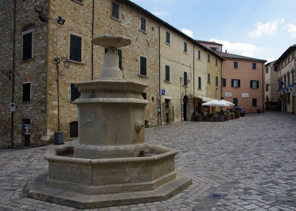 san-leo-fontana-piazza